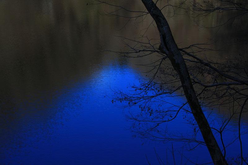 渓谷の 川面に写し 青い富士