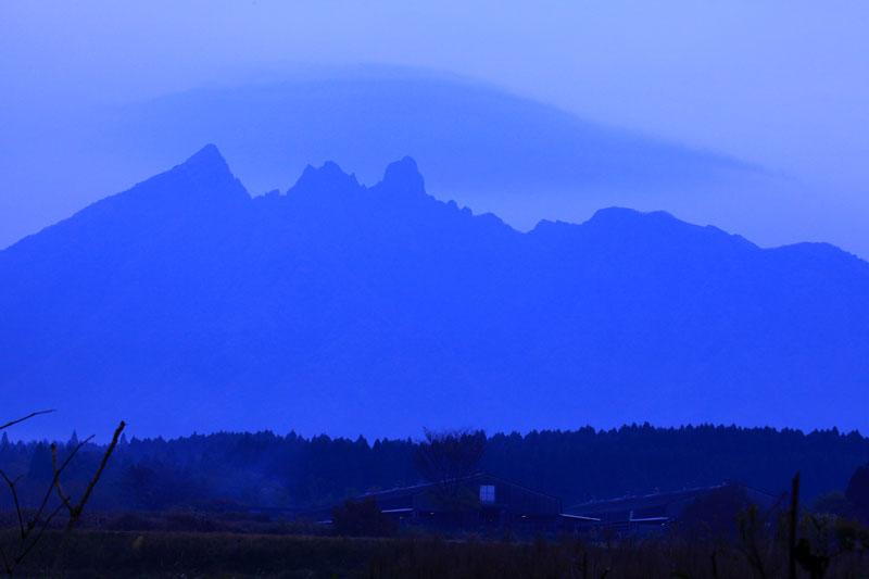 朝靄の うっすらと傘雲 根子岳に