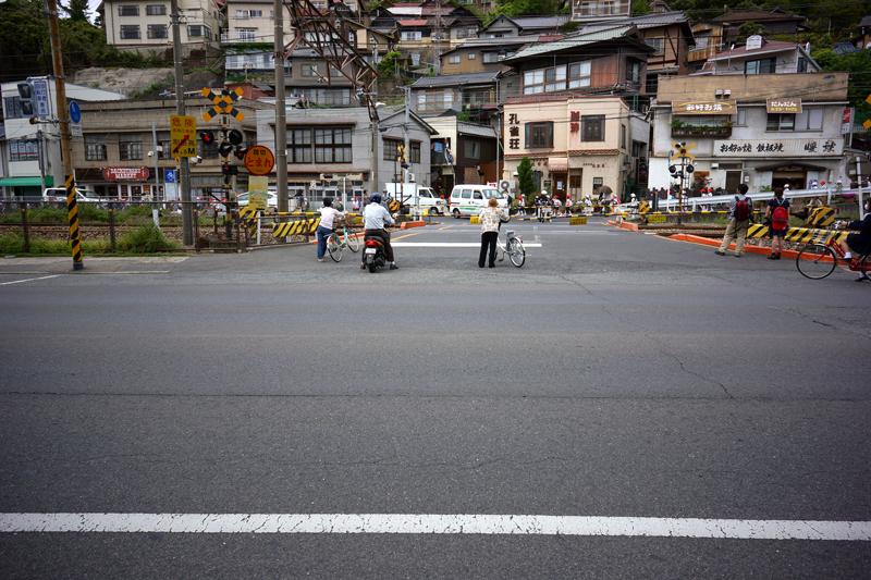 暫し待て 赤白の子ら 横断中  at Onomichi Hiroshima