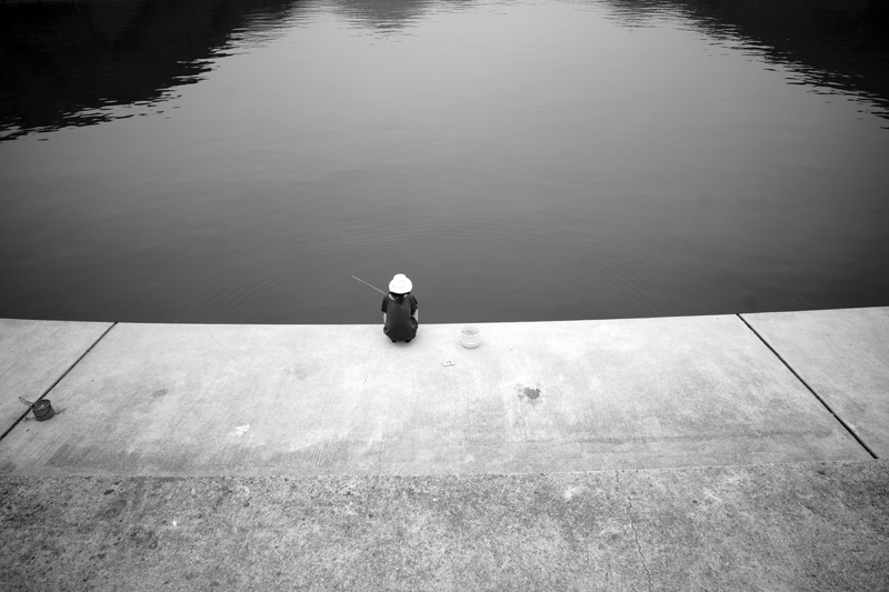 じっと待つ 波紋静かに 釣り人よ  at Isahaya Nagasaki(結の浜)