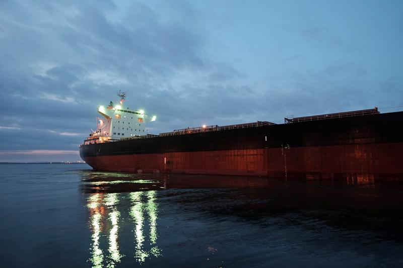 at Cyuo Fukuoka(那の津埠頭;岸壁を離れる貨物船)