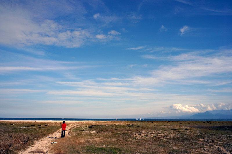 広い浜辺 見渡す人と 白い船  at Yonago Shimane